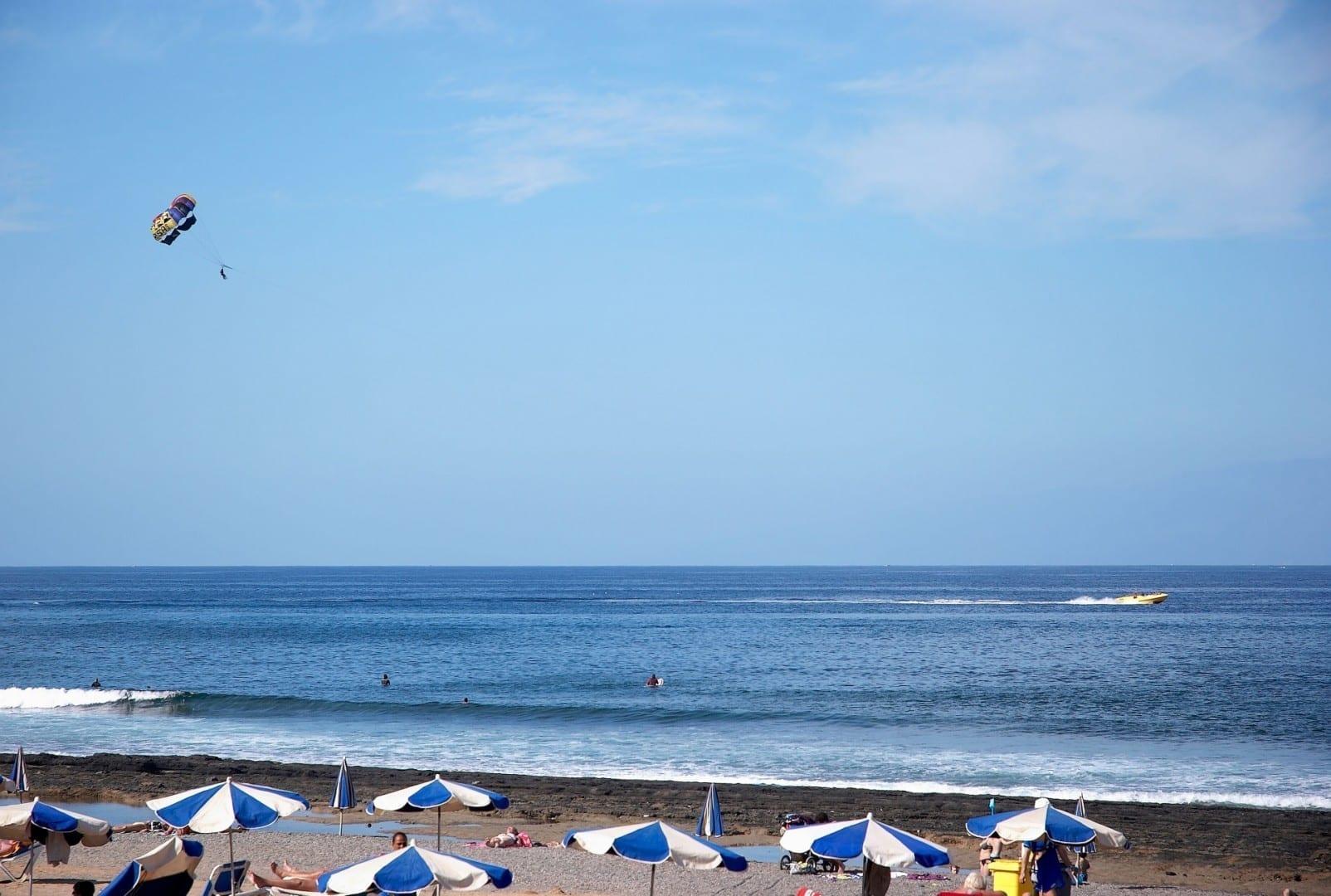 Paracaidismo y tomar el sol Playa de las Américas España