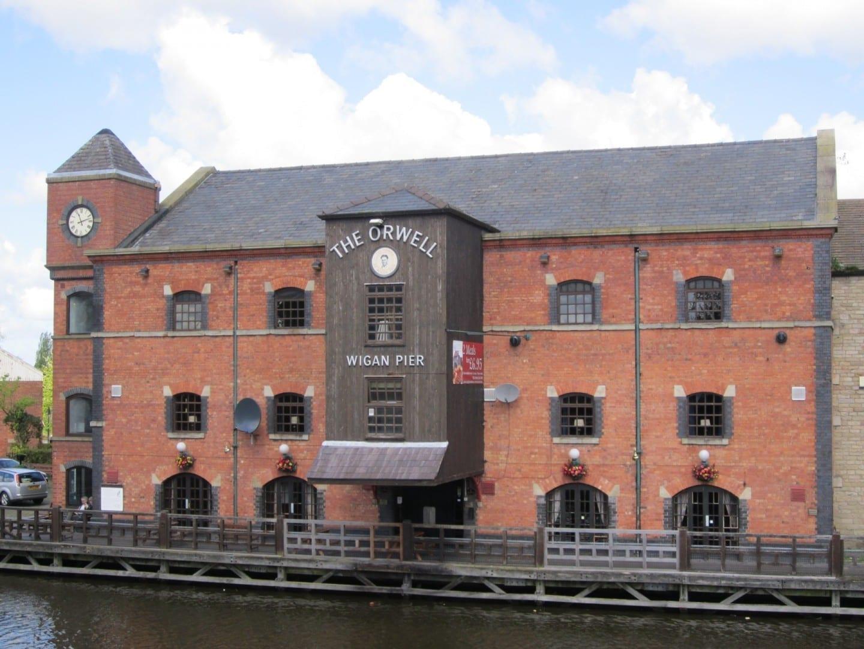 Parte de Wigan Pier. El bar y restaurante de Orwell en esta imagen lleva el nombre del autor. Wigan Reino Unido