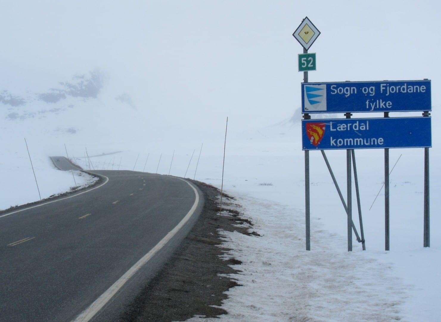Paso de la montaña Hemsedal en la carretera 52 (finales de abril), línea de condado a Sogn og Fjordane. Hemsedal Noruega