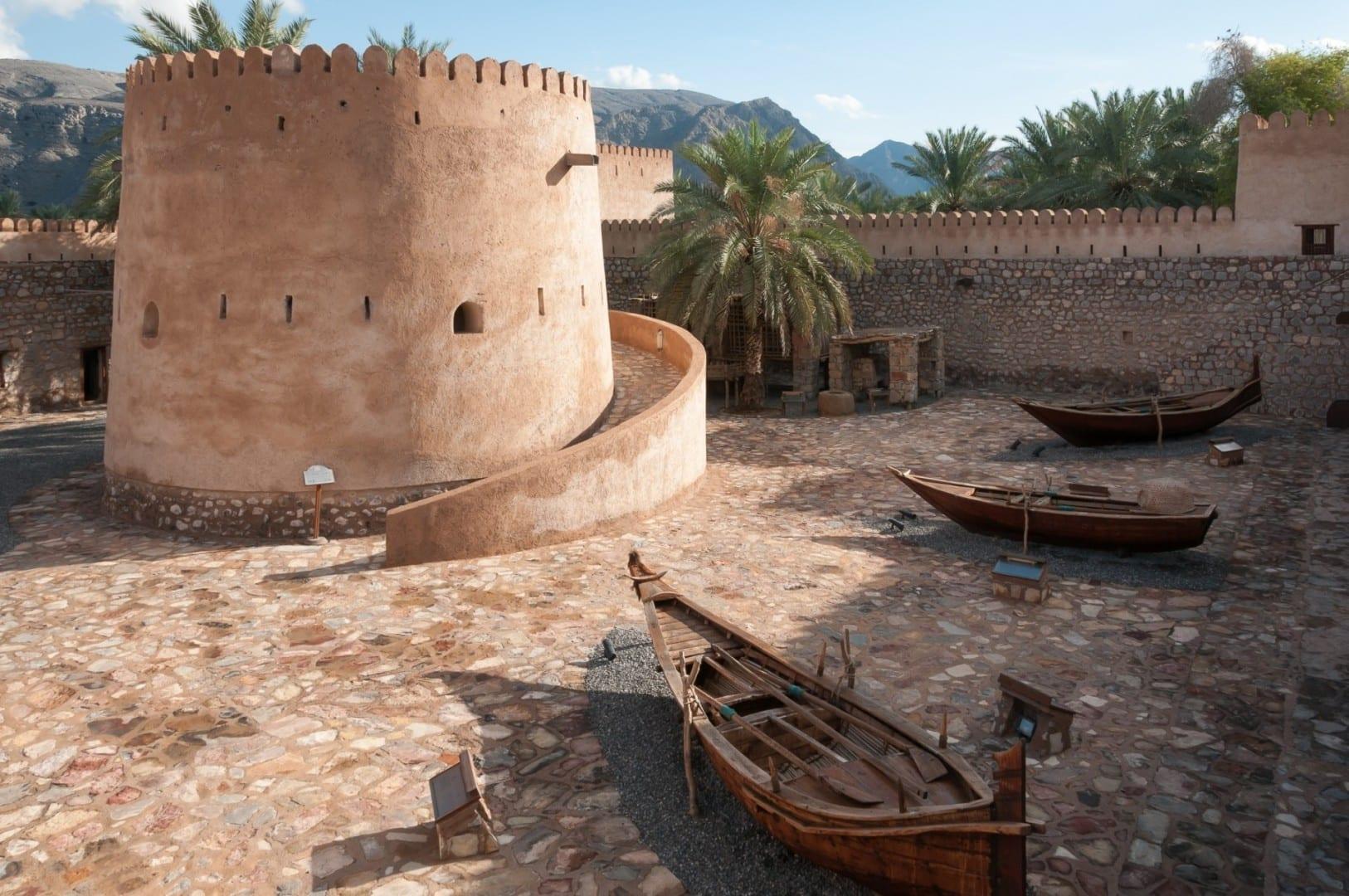 Patio central del Castillo de Khasab con barcos de pesca tradicionales en exhibición Khasab Omán