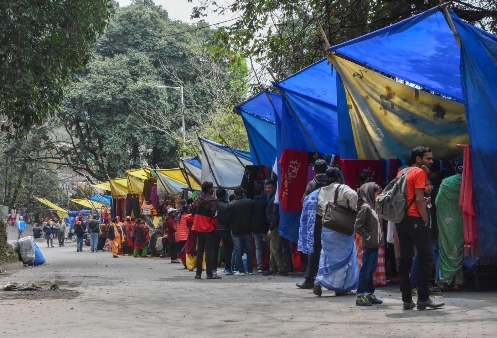 Pequeñas tiendas fuera del zoológico de Darjeeling, que ofrecen especias, té, artesanía, alimentos locales, etc. Darjeeling India