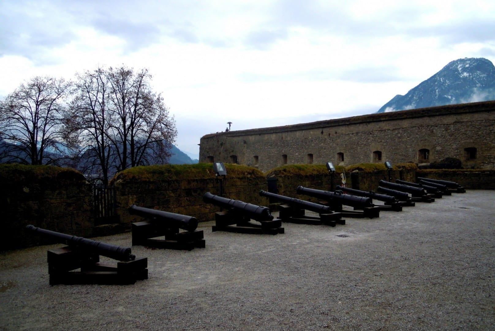 Piezas de artillería defendiendo la Fortaleza Kufstein, con las montañas alpinas al fondo. Kufstein Austria