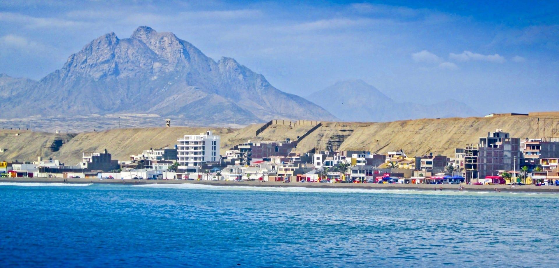 Playa de Huanchaco, vista al mar con sus típicos caballitos de totora Trujillo Perú