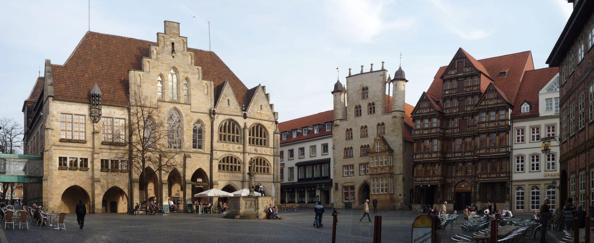 Plaza del mercado con el Ayuntamiento, Tempelhaus (Información turística), Wedekindhaus, Lüntzelhaus, el Gremio de Panaderos y la Fuente de Roland (fuente). Hildesheim Alemania