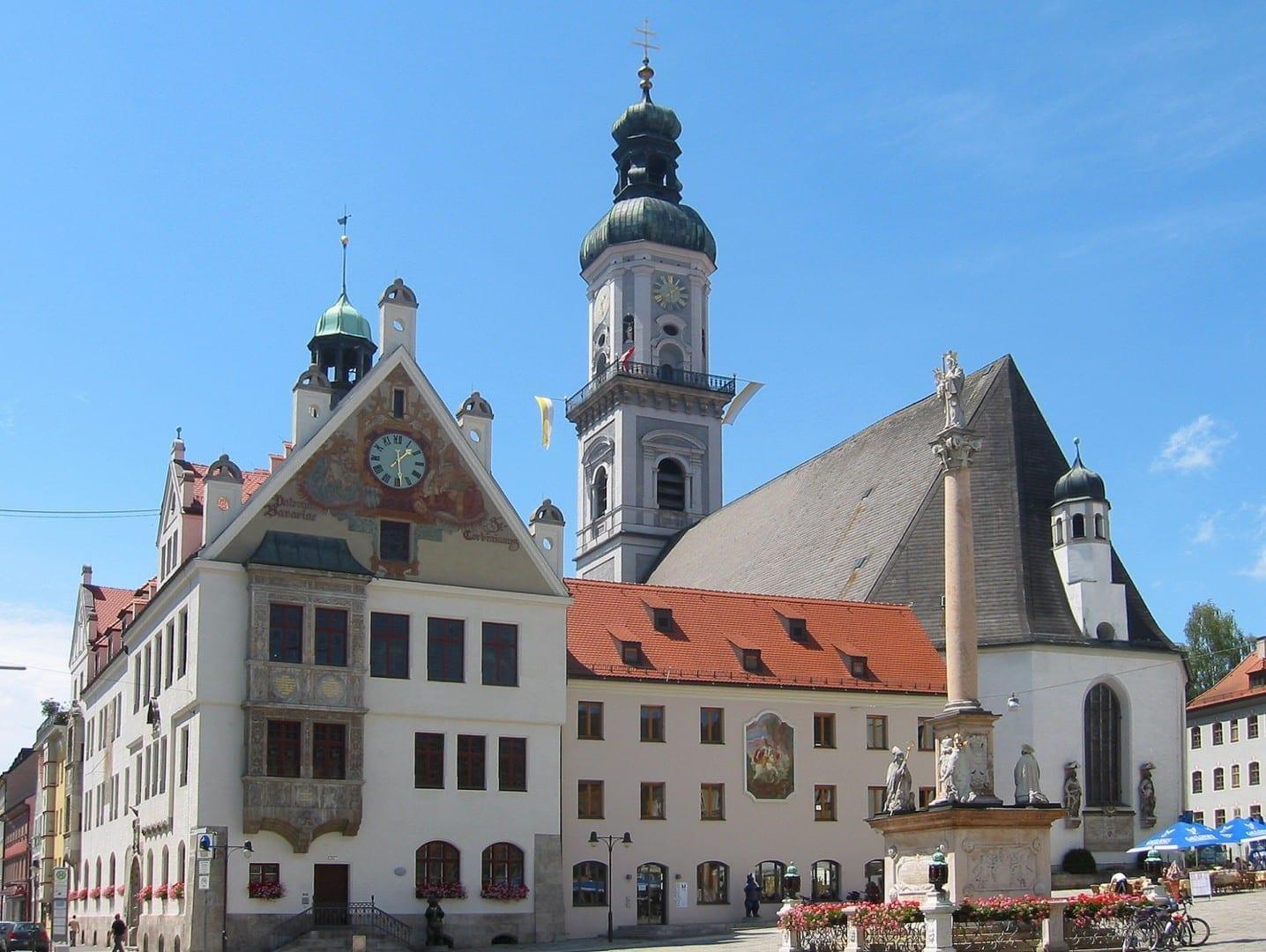 Plaza del pueblo con el ayuntamiento y la iglesia de San Jorge Freising Alemania