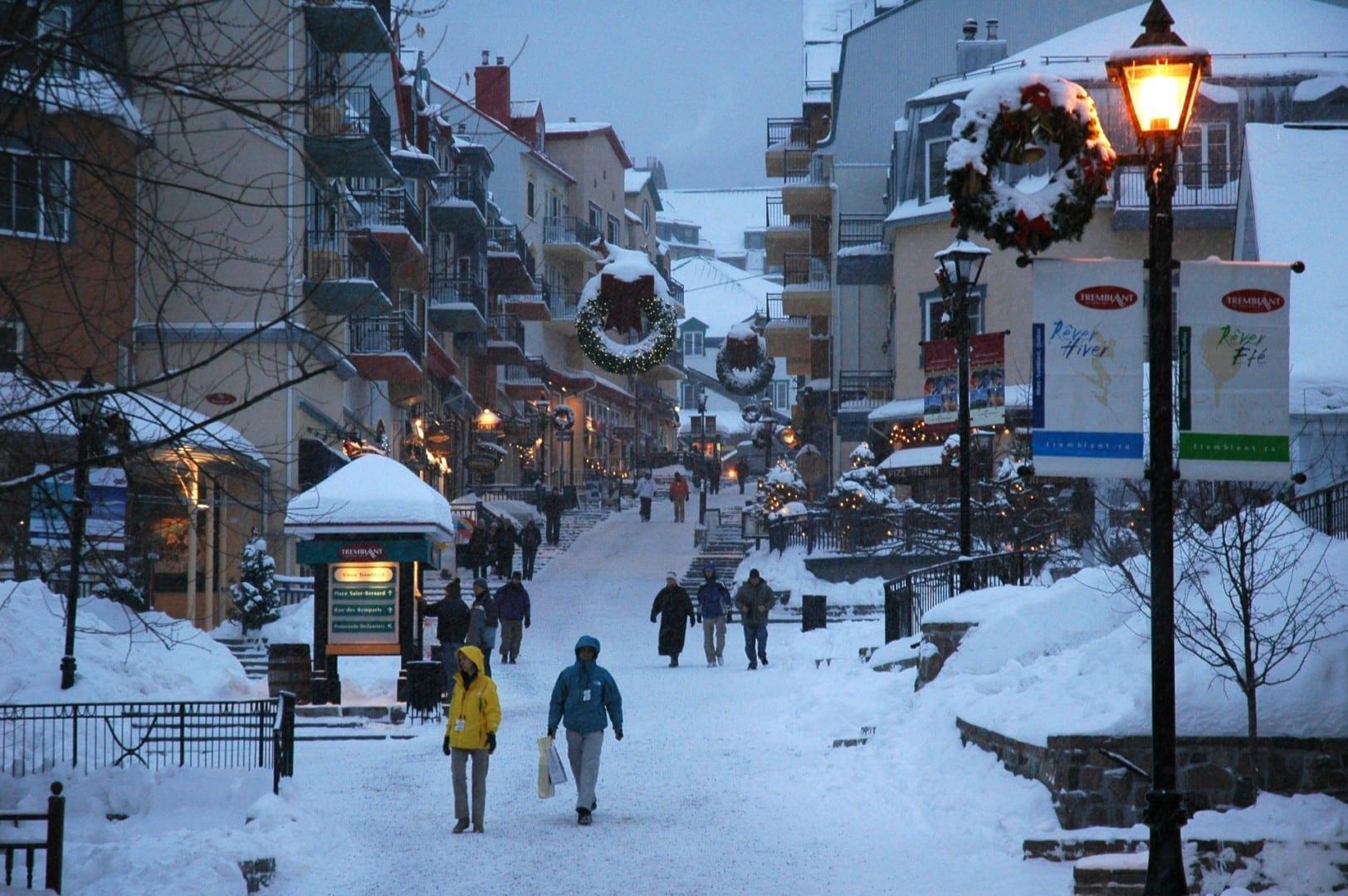 Pueblo peatonal al atardecer Mont-Tremblant Canadá