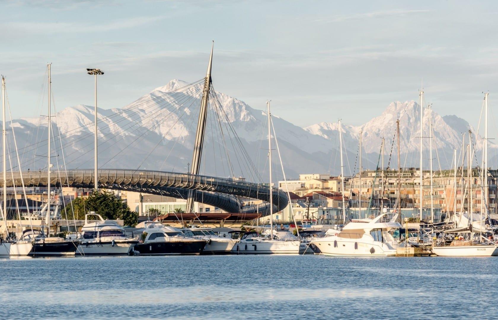 Puerto de Pescara y Ponte del Mare, con el monte Gran Sasso al fondo Pescara Italia
