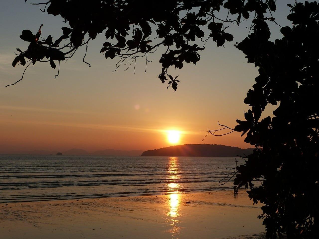 Puesta Del Sol La Playa De Ao Nang Krabi Tailandia