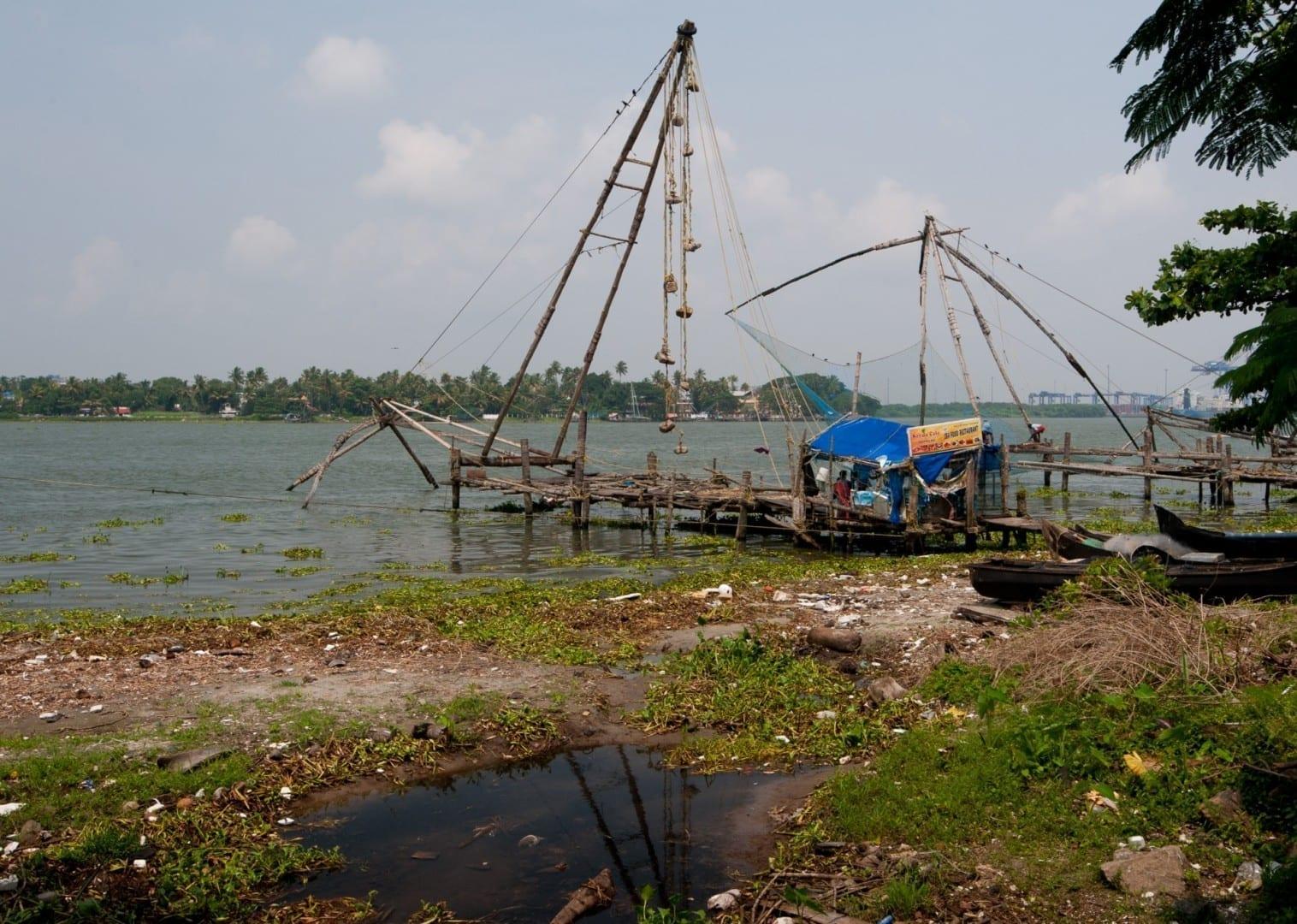 Red de pesca china en la playa del Fuerte Kochi Cochín India