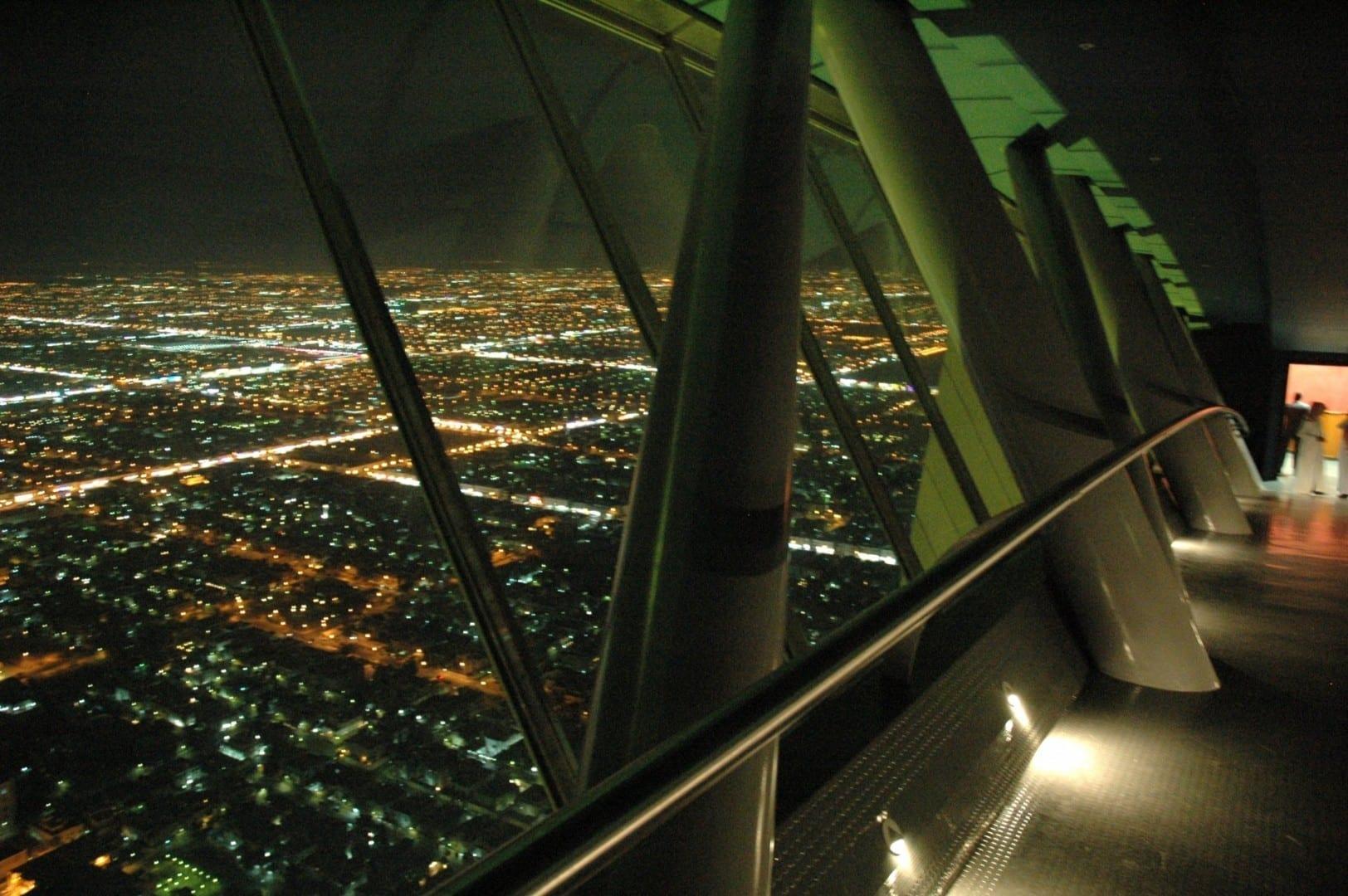 Riad de noche, visto desde el Skybridge del Centro del Reino Riyadh Arabia Saudí