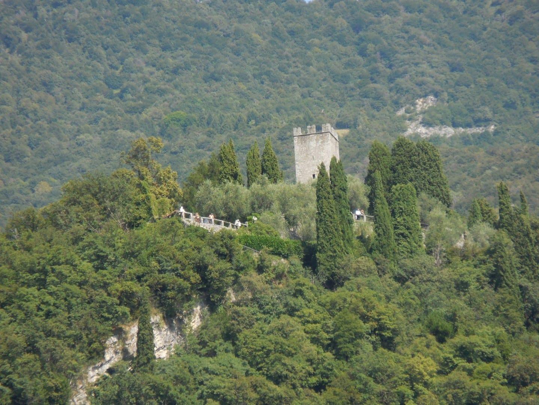 Ruinas del Castello di Vezio sobre el pueblo de Varenna desde el Lago de Como Varenna Italia