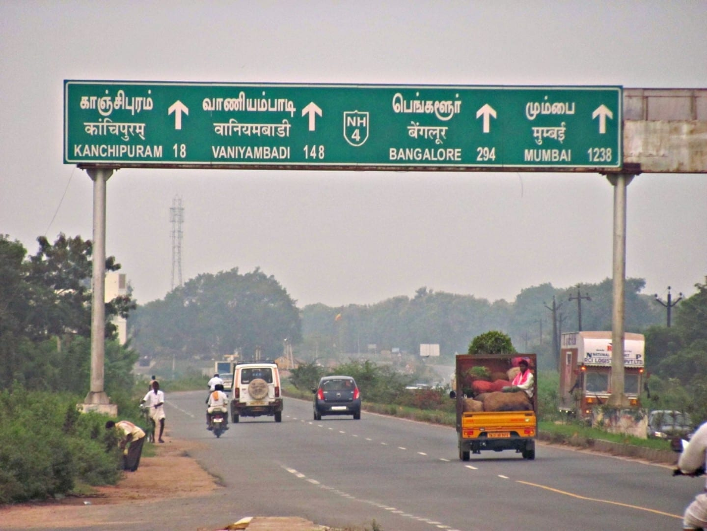 Señal de carretera en la autopista Chennai - Bangalore Chennai India