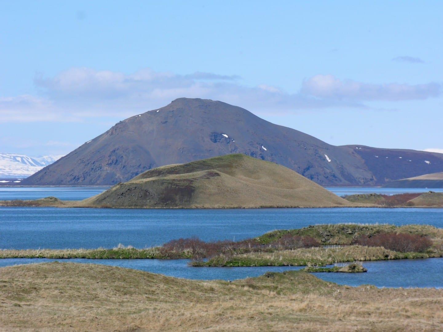 Seudocráteres en Mývatn con el volcán Vindbelgjarfjall al fondo. Akureyri Islandia