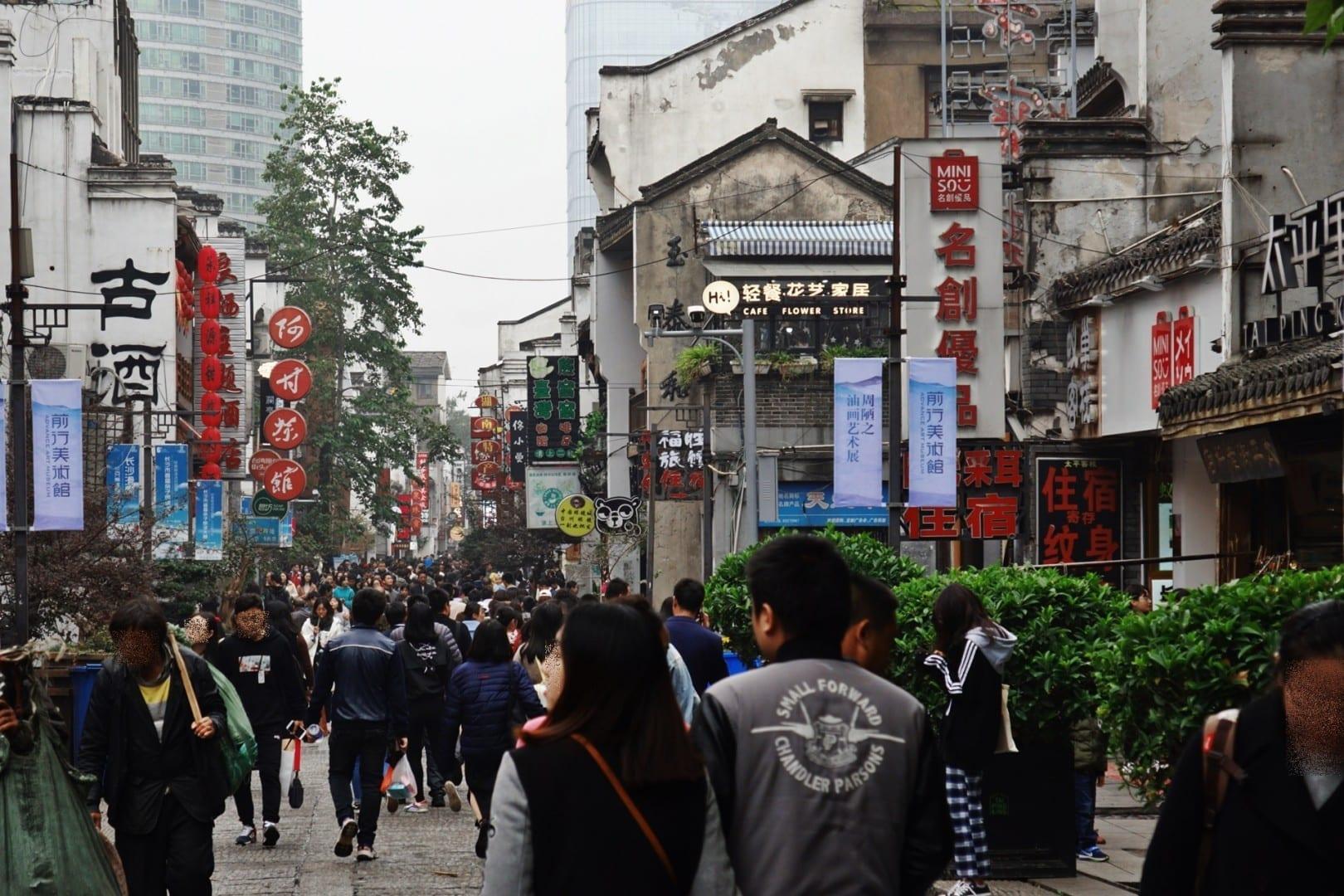 Taiping Old Street en un domingo lleno de gente Changsha China