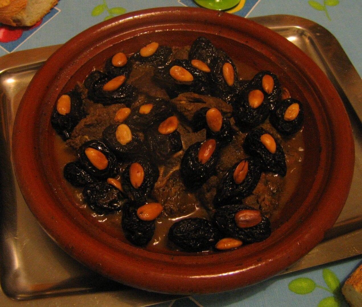 Tajine con cordero, ciruelas pasas y almendras Tánger Marruecos