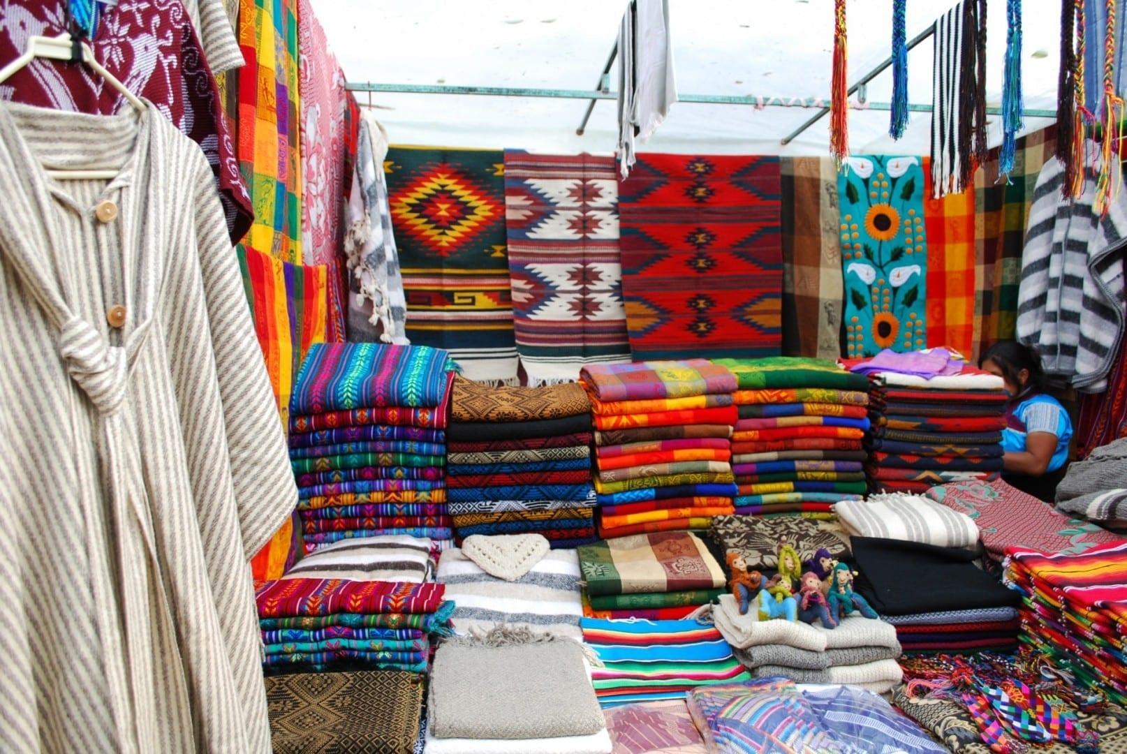 Textiles en venta frente al Templo Santo Domingo San Cristobal de las casas México