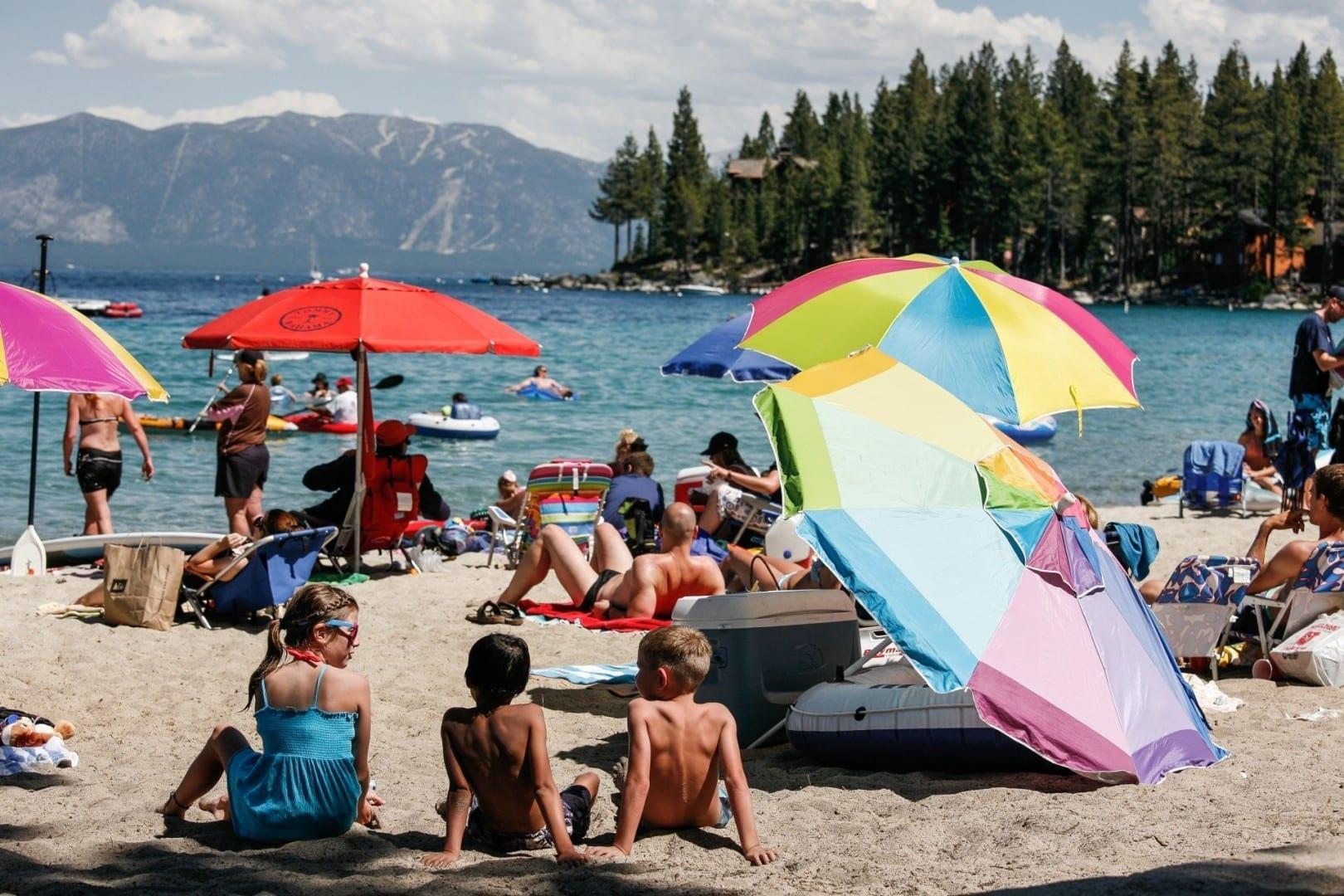 Tomando el sol en la playa del Lago Tahoe Sur durante el verano. Lago Tahoe NV Estados Unidos