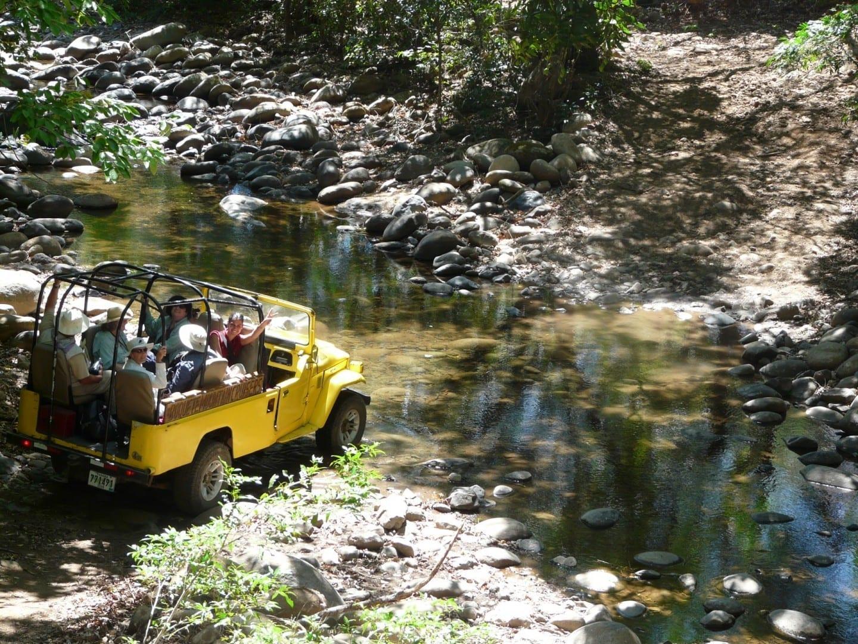 Tours en Jeeps Amarillos cruzando el río en el camino a las Termas de Caldera Boquete Panamá