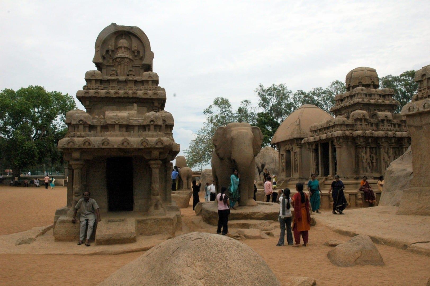 Tres de los cinco Rathas, con un elefante haciendo guardia Mamallapuram-Mahabalipuram India