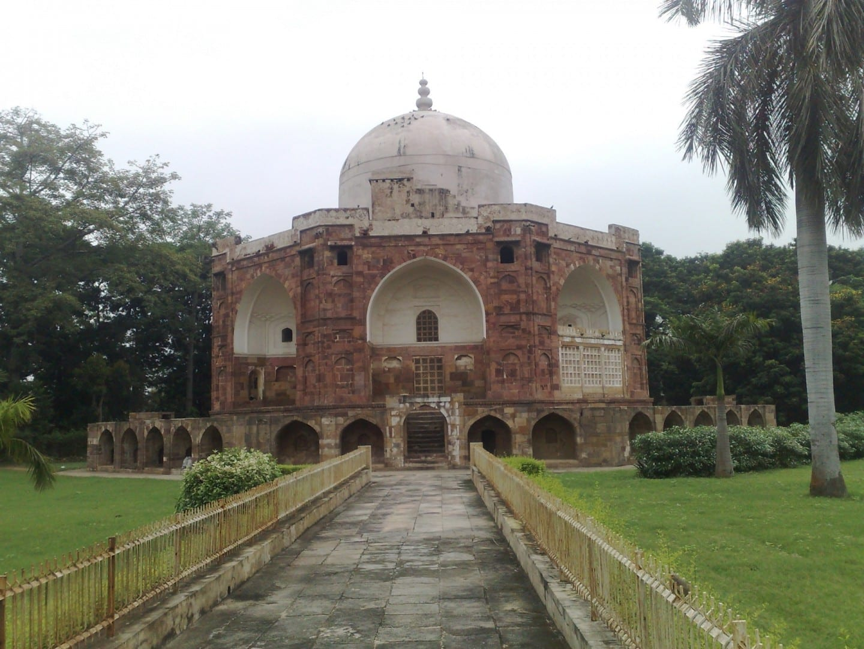 Tumba de Qutb-ud-Din Muhammad Khan, el tutor de dos de los hijos del emperador mogol Akbar Khan. Vadodara India