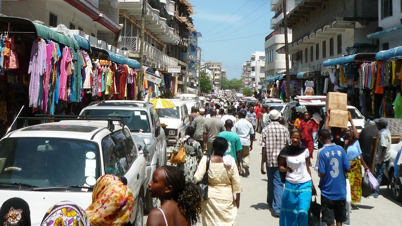 Un abarrotado mercado callejero en el centro de la ciudad Dar es Salaam Tanzania