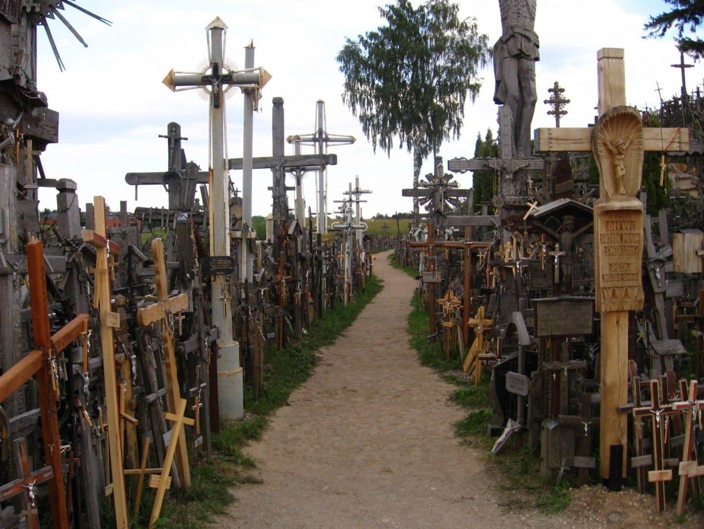 Un camino dentro de la Colina de las Cruces Siauliai Lituania
