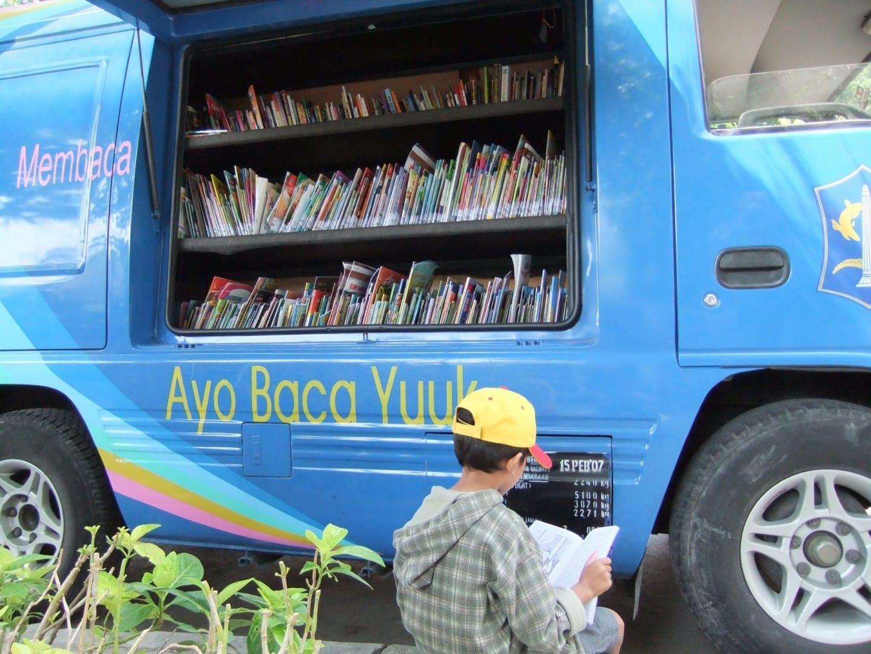 Un libro-móvil en un parque de Bungkul, Surabaya Surabaya Indonesia