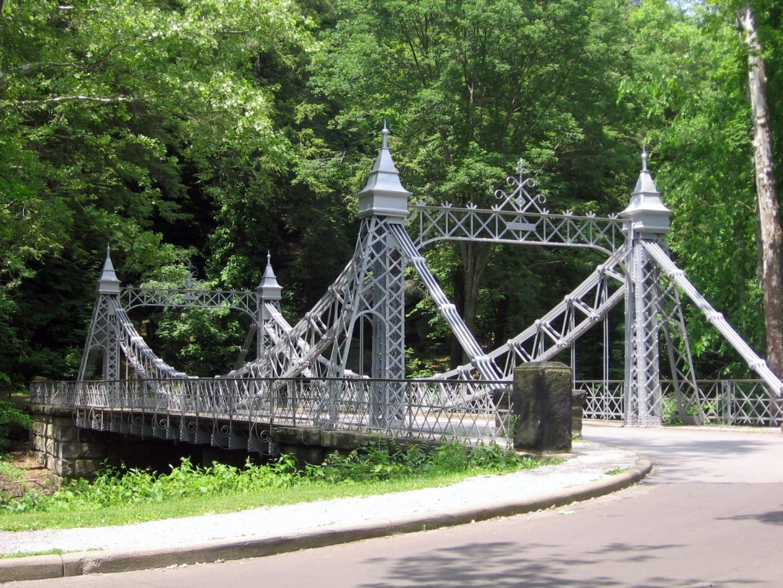 Un puente de hierro ornamentado en Mill Creek Park Youngstown OH Estados Unidos