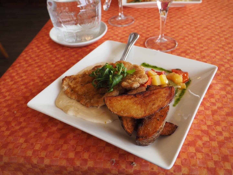 Un schnitzel de cerdo servido en el restaurante E.T. Charlie. Espoo Finlandia