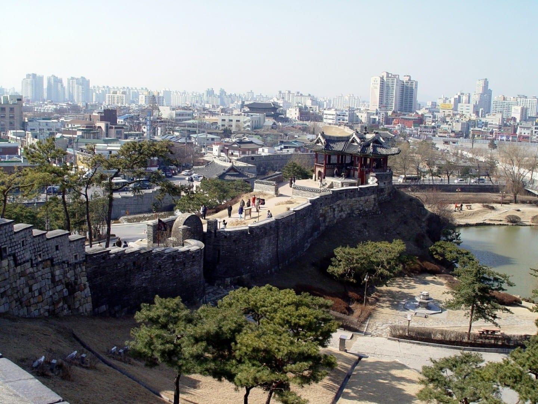 Una ciudad moderna rodeada de arquitectura tradicional Suwon Corea del Sur