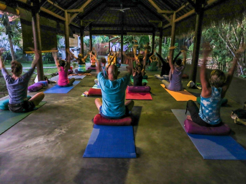 Una clase de yoga matutina Amed, Bali Indonesia