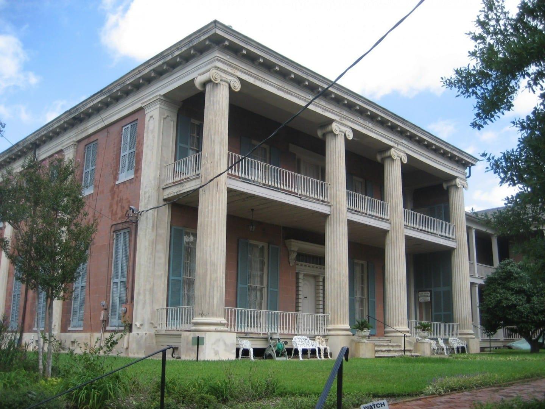Una de las mansiones del siglo XIX vista en los paseos a pie o en coche del viejo Natchez Natchez MS Estados Unidos