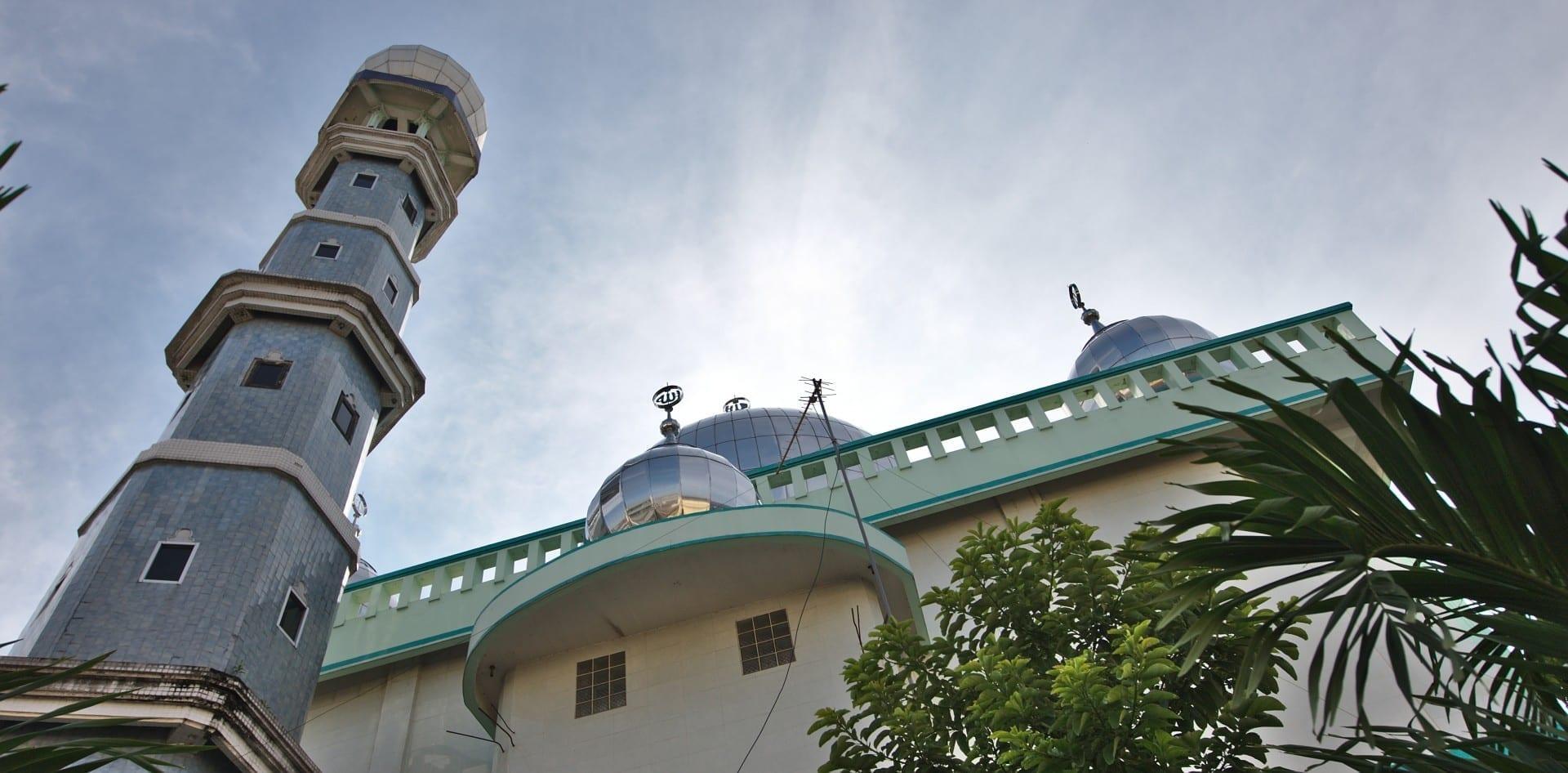 Una de las numerosas mezquitas de Medan, con minarete de azulejos y cúpulas visibles. Medan Indonesia