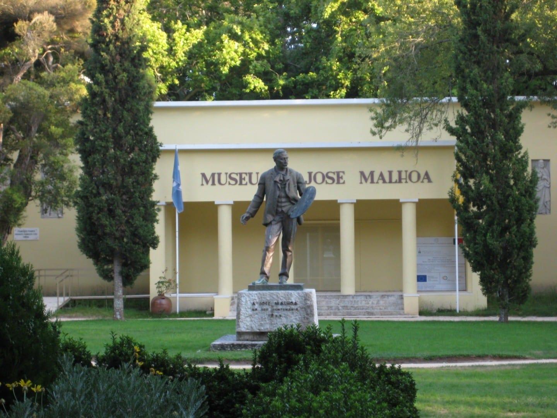 Una estatua de José Malhoa está delante del museo homónimo en el Parque D. Carlos I. Caldas da Rainha Portugal