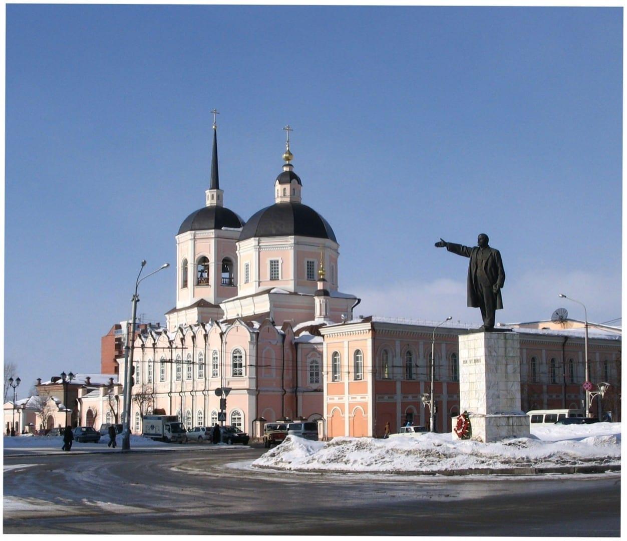 Una estatua de Lenin frente a la Catedral de la Epifanía de Tomsk en la Plaza de Lenin Tomsk Rusia
