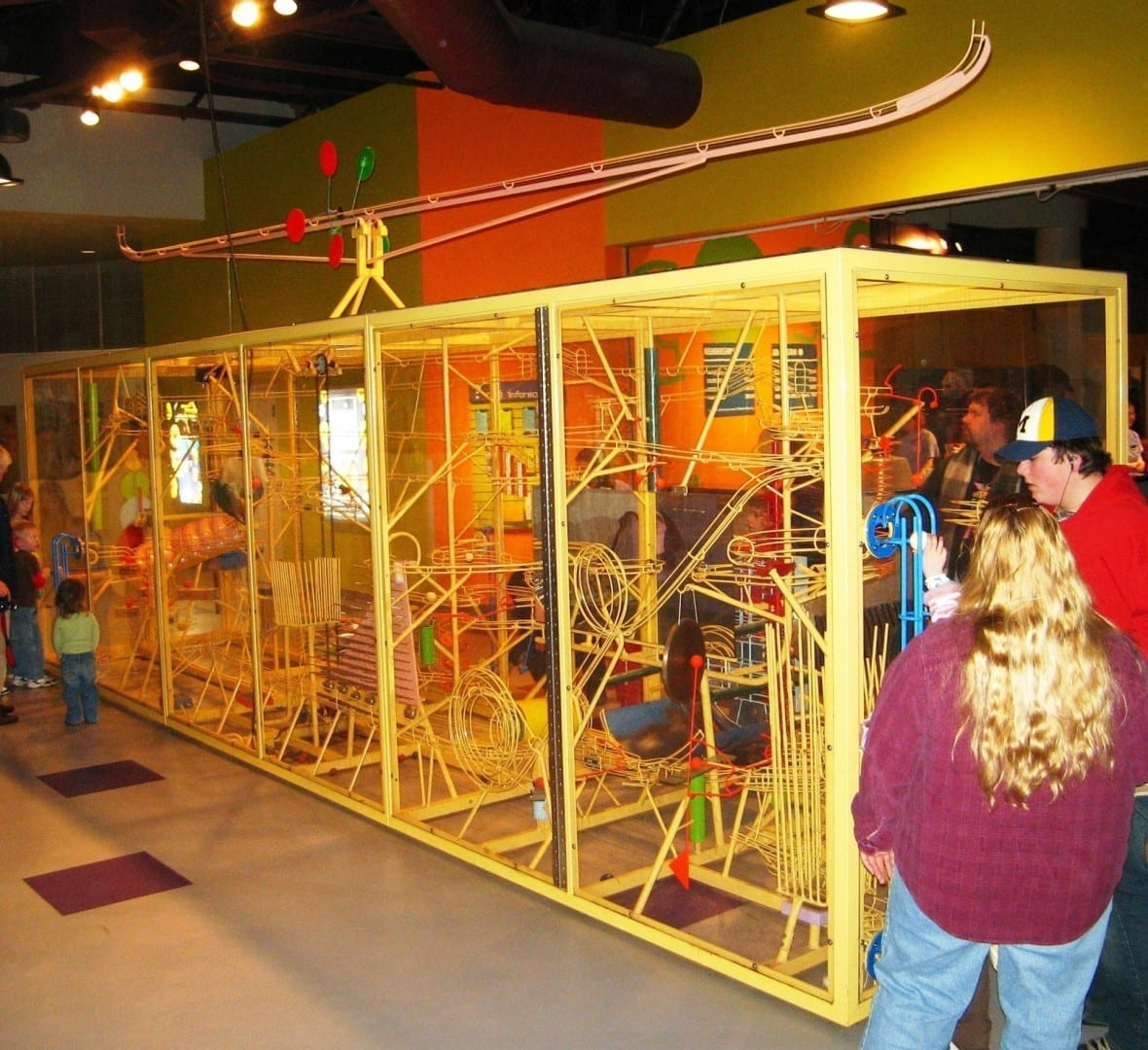Una máquina de música de Rube Goldbergian en la Estación de la Imaginación Toledo, Ohio Estados Unidos
