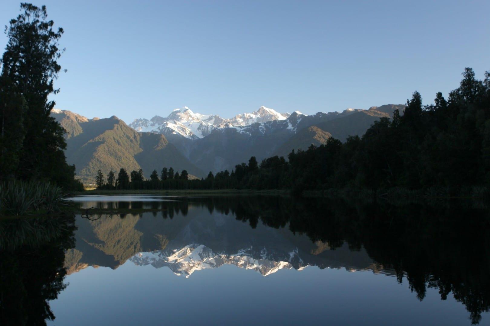 Una vista de postal de los Alpes del Sur desde el lago Matheson Glaciar Fox Nueva Zelanda