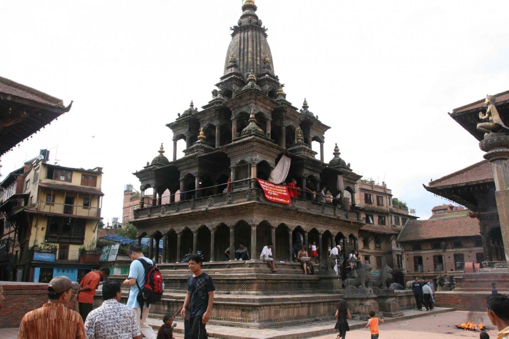 Una vista del templo de piedra de Krishna con Garuda a la derecha. Patan Nepal