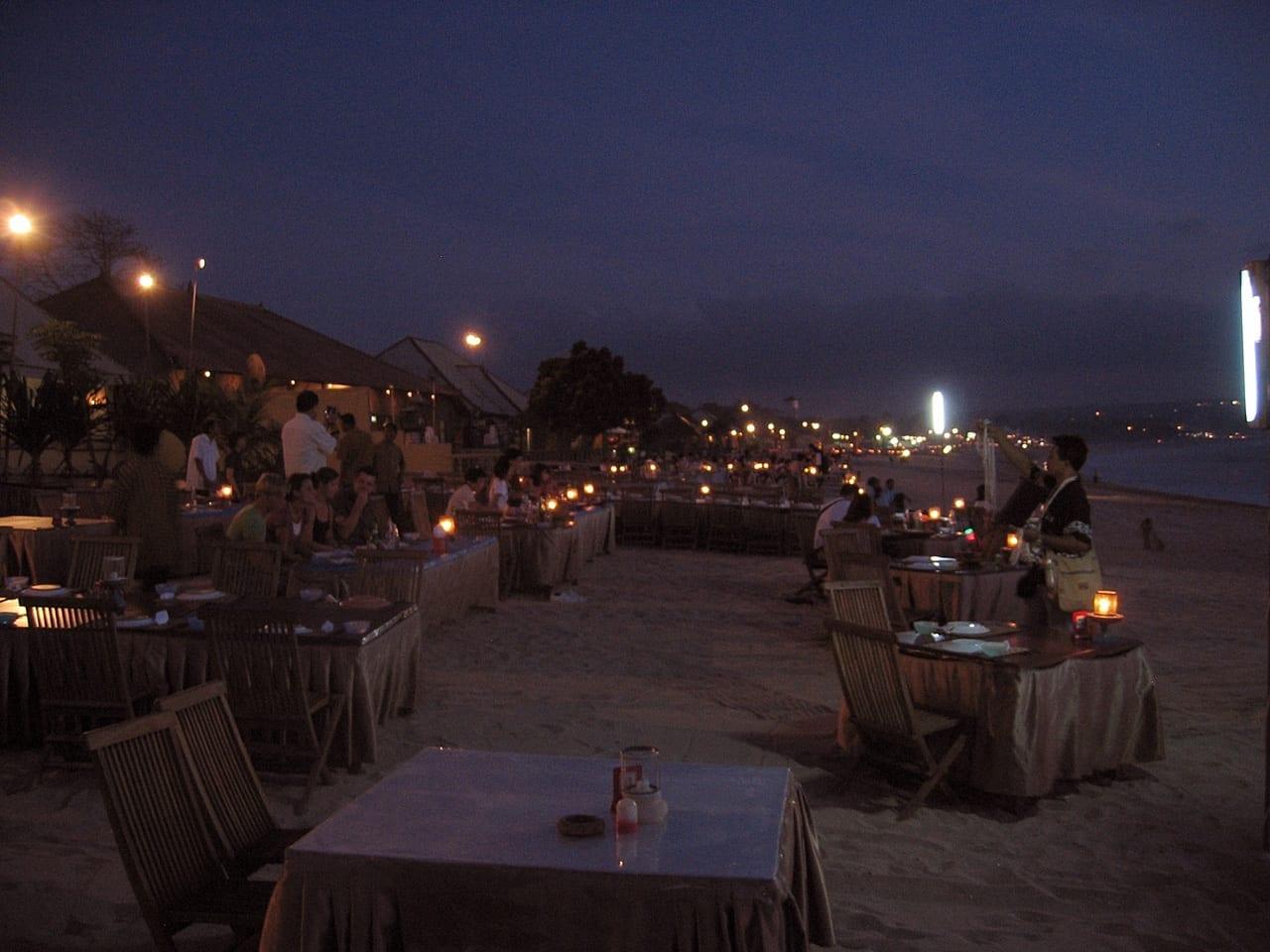 Uno de los más de 200 restaurantes de mariscos en la playa de Jimbaran Jimbaran, Bali Indonesia