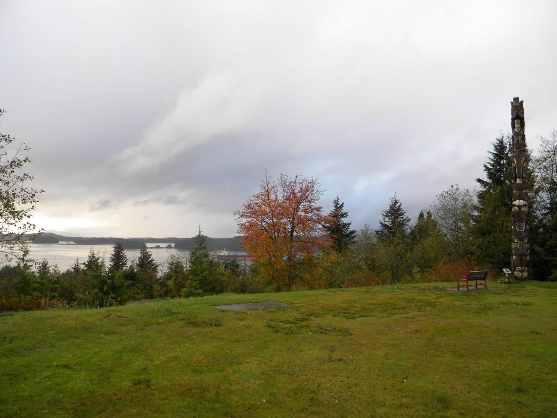 Uno de los postes del tótem y la vista desde el Parque del Tótem Prince Rupert Canadá