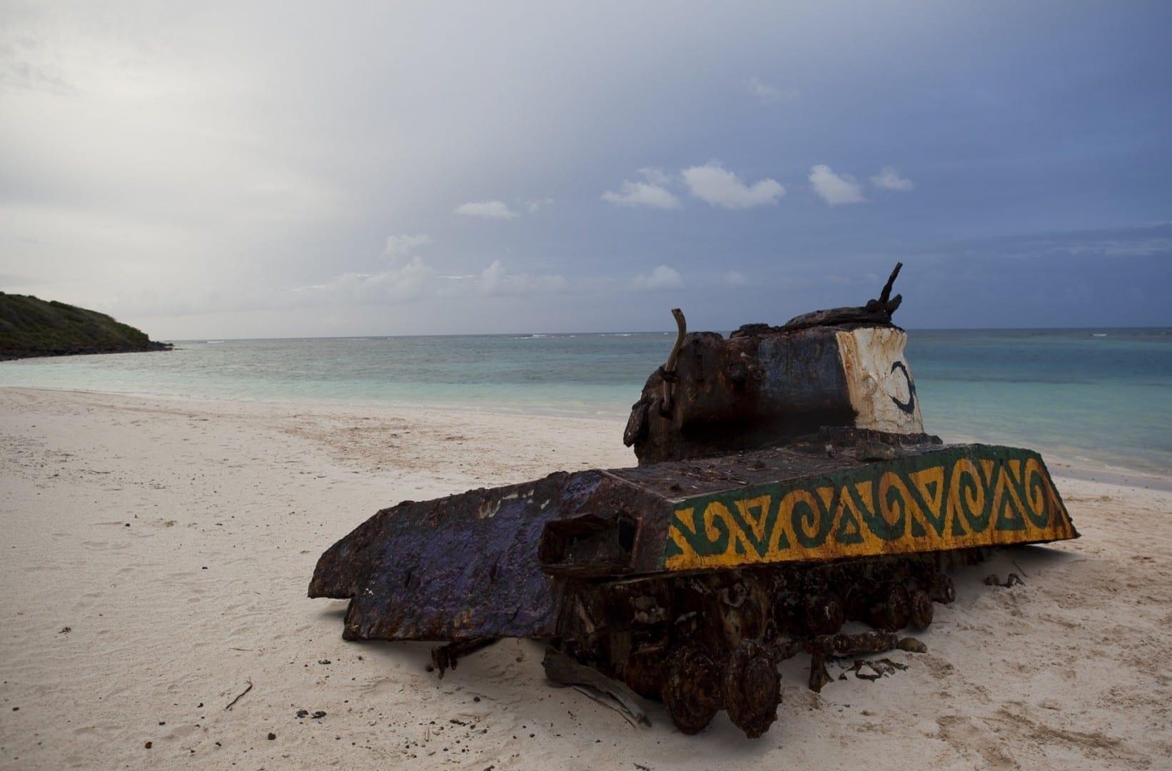 Uno de los varios tanques Sherman de la Segunda Guerra Mundial encallado en la arena de Flamenco Beach. Isla Culebra Puerto Rico