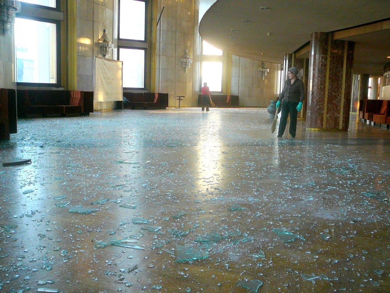 Ventanas de vidrio implosionadas por la onda expansiva del meteoro. Chelyabinsk Rusia