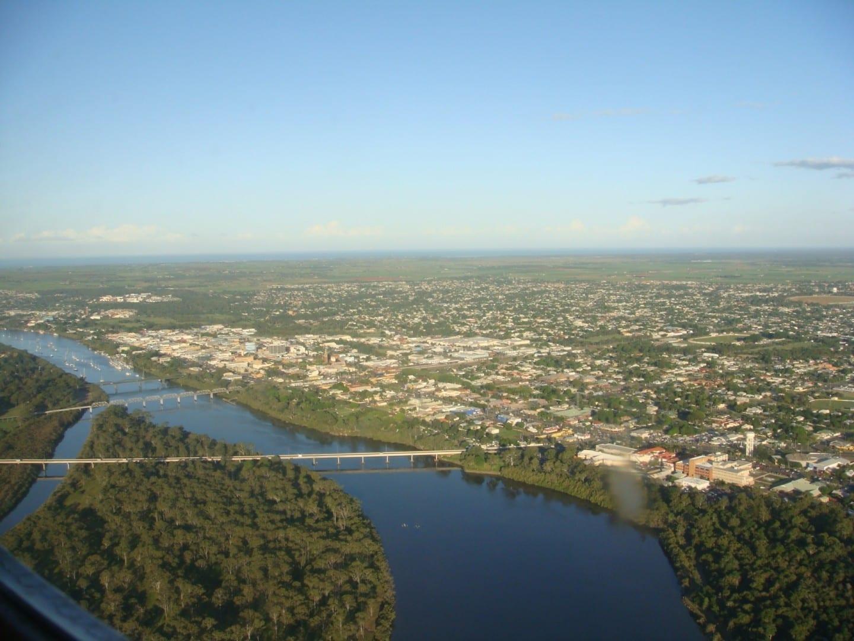 Vista aérea de Bundaberg, mostrando el río Burnett y la calle Bourbong Bundaberg Australia