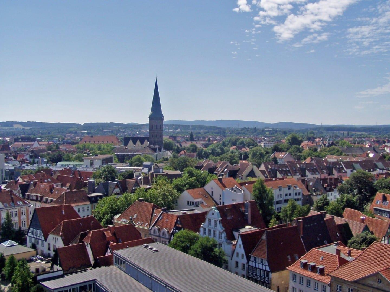 Vista aérea de Osnabrück con enfoque en la Iglesia de Santa Catalina (Katharinenkirche) Osnabrük Alemania