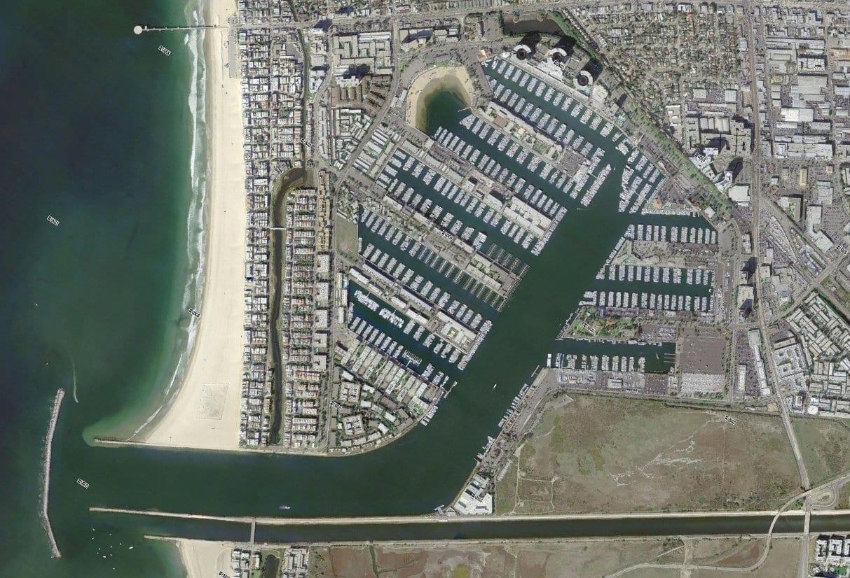 Vista aérea del puerto deportivo, el puerto de embarcaciones pequeñas más grande del mundo. Marina del Rey CA Estados Unidos