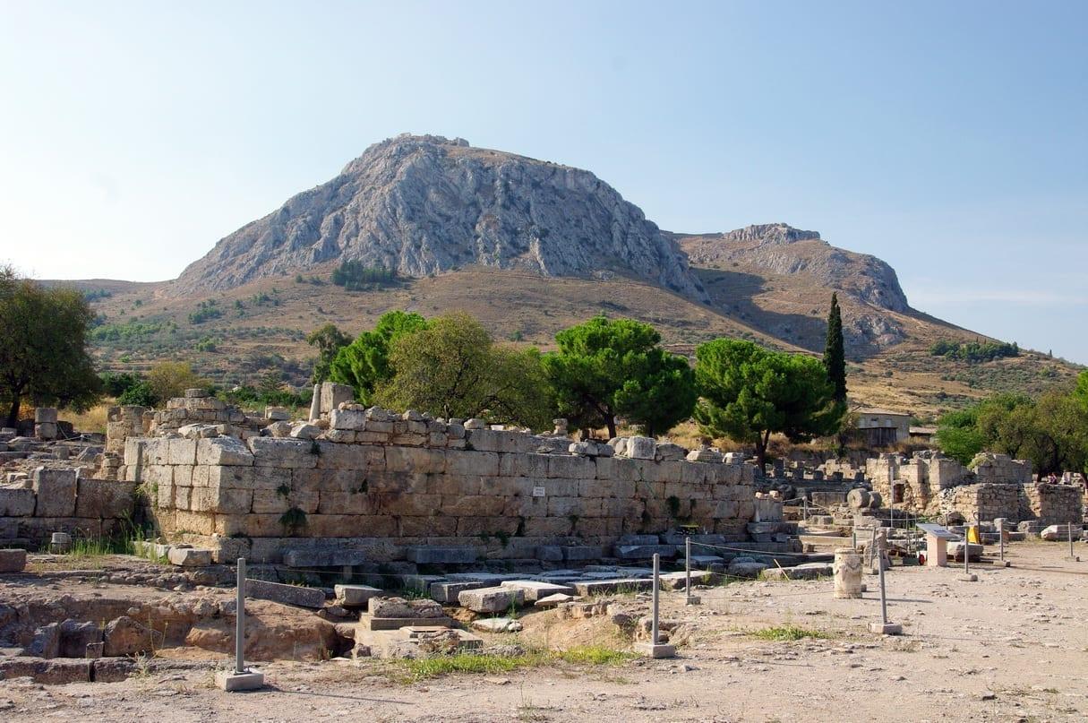 Vista de Acrocorinto, la acrópolis de la antigua Corinto, vista desde el área de excavación cerca del templo de Apolo Corinto Grecia