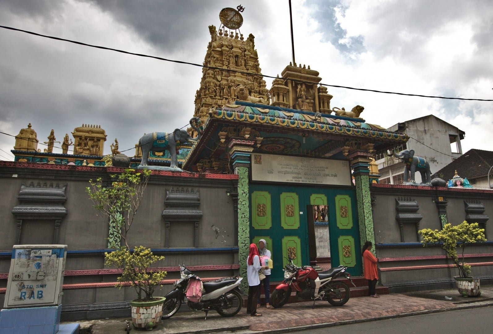Vista de la calle de Perhimpunan Shri Mariamman, un templo hindú tamil. Medan Indonesia