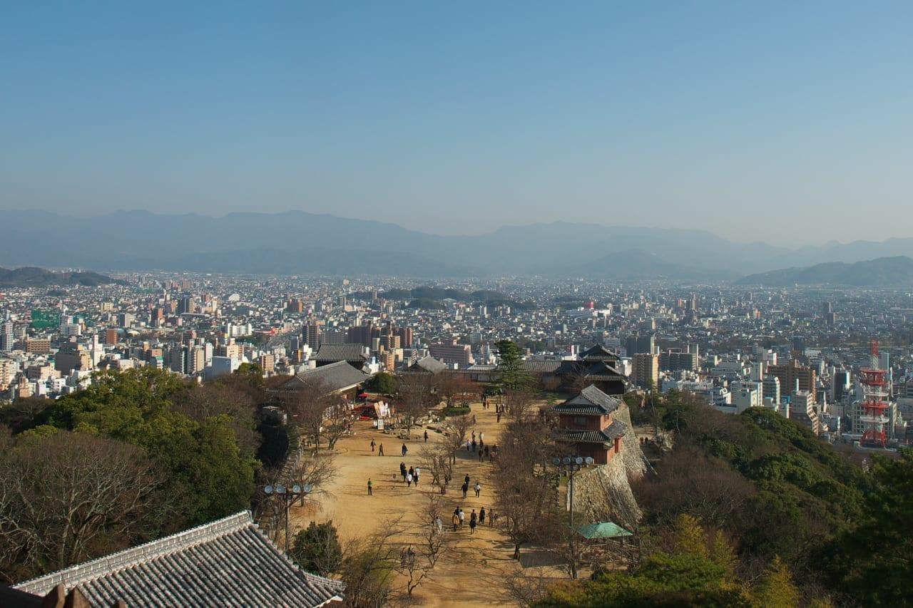 Vista de la ciudad desde el castillo de Matsuyama Matsuyama Japón