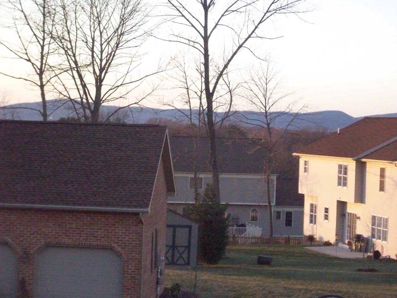 Vista de las montañas desde un suburbio de Hagerstown en un hermoso día de enero. Hagerstown MD Estados Unidos