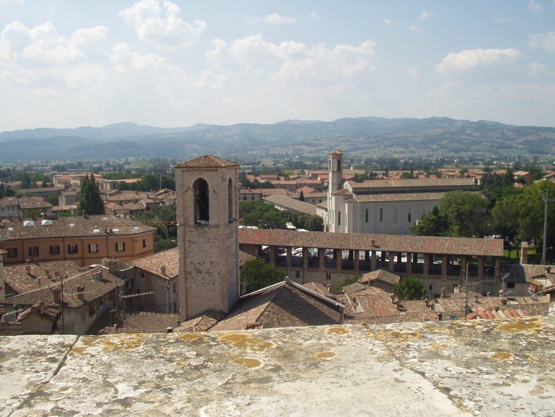 Vista de los tejados de la ciudad y el campo circundante desde la Piazza Pensile Gubbio Italia